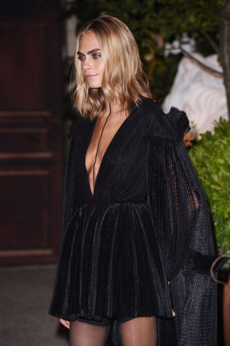 Cara Delevingne siyah elbiseyle etkinlikte