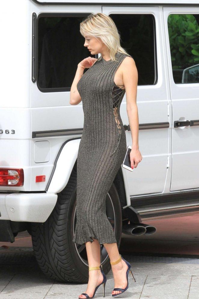 Caroline Vreeland yeşil  transparan elbise ile sokakta