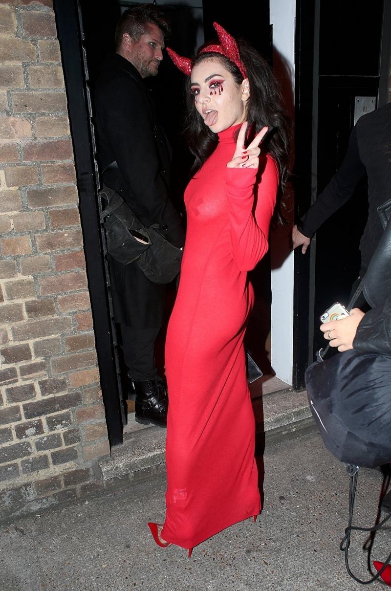 Charli XCX kırmızı transparan elbise ile Veuve Clicquot etkinliğinde
