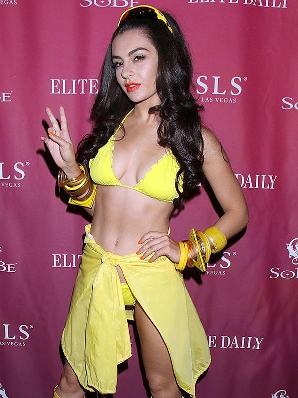 Charli XCX sarı bikini ile
