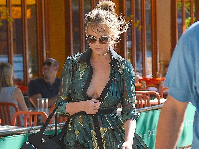 Chrissy Teigen göğüs dekolteli yeşil elbise ile sokakta
