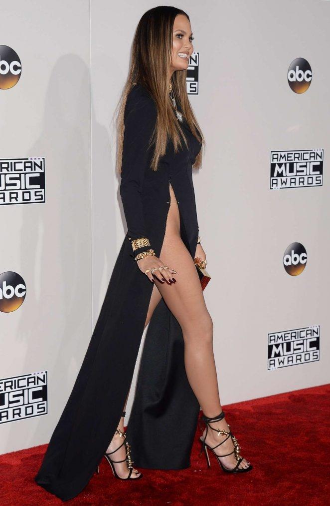 Chrissy Teigen siyah yırtmaçlı elbiseyle etkinlikte