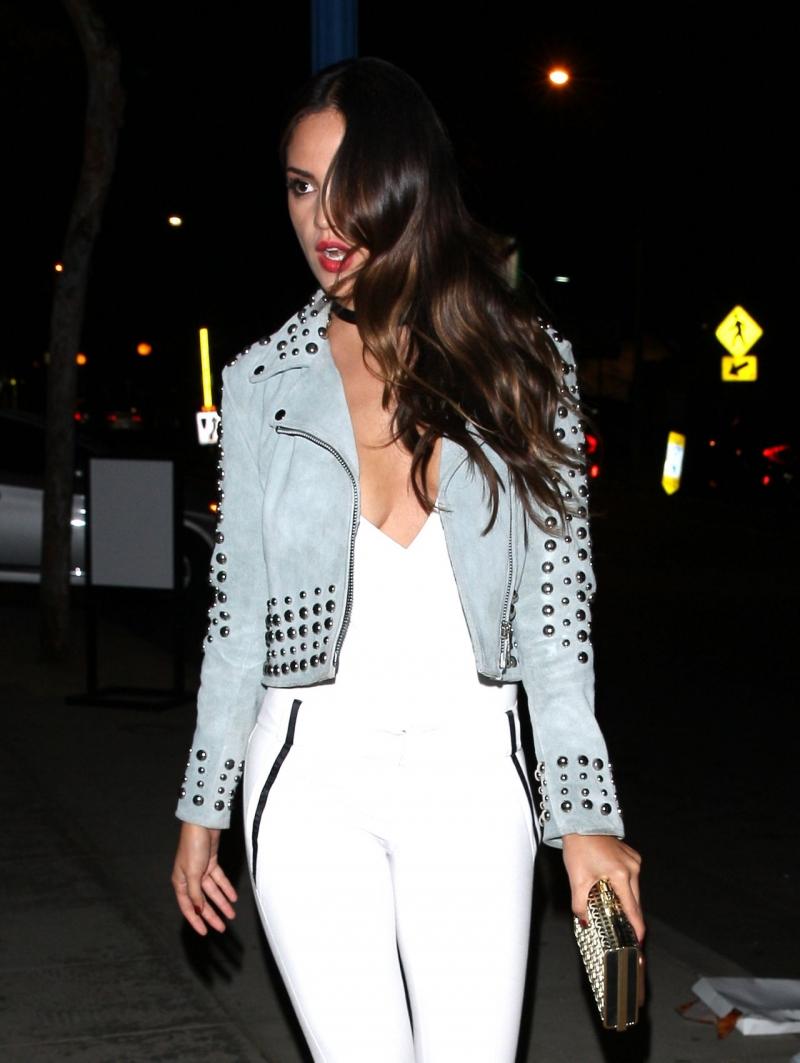 Eiza Gonzalez beyaz göğüs dekolteli bluzuyla sokakta