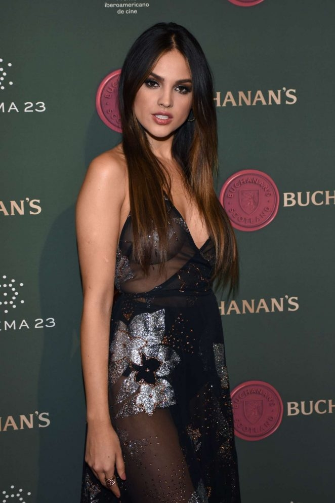 Eiza Gonzalez göğüs dekolteli transparan elbise ile etkinlikte