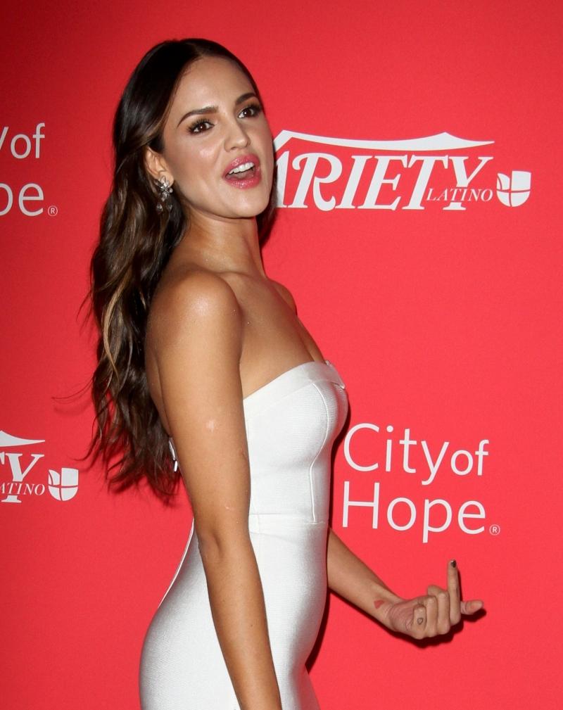 Eiza Gonzalez beyaz dar elbise ile etkinlikte