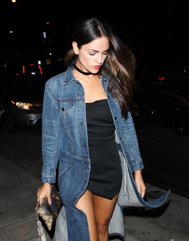 Eiza Gonzalez siyah mini elbise ile