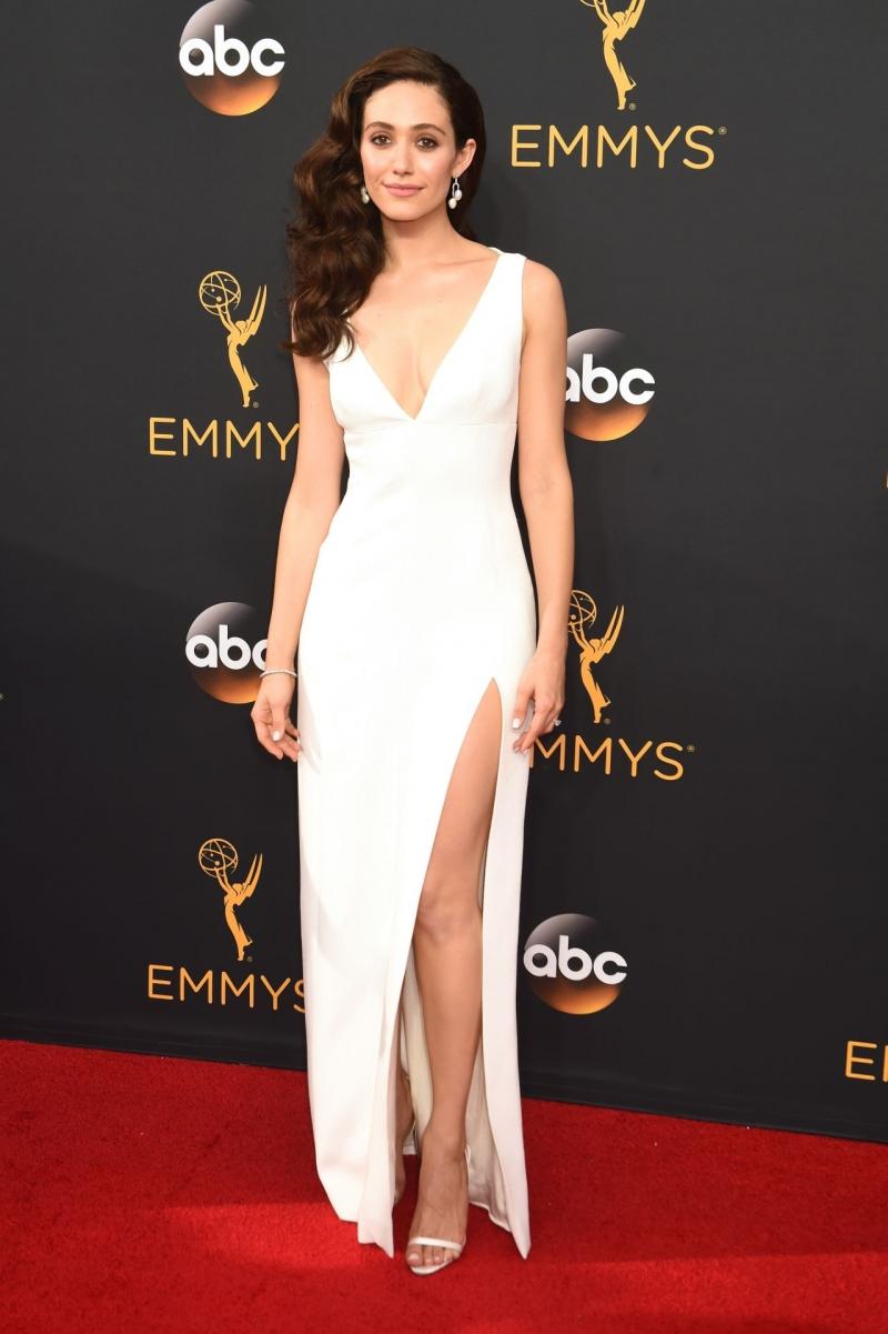 Emmy Rossum beyaz elbise ile etkinliklikte