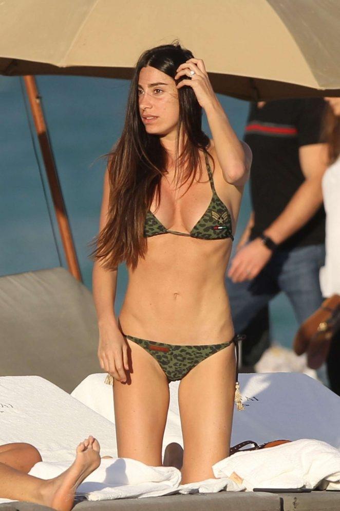 Giorgia Gabriele yeşil bikiniyle plajda