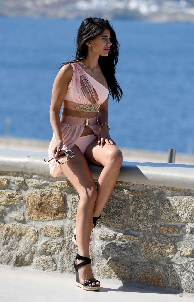 Jasmin Walia bikini ile Mykonos'ta havuzda