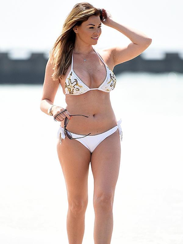 Jessica Wright beyaz bikiniyle plajda