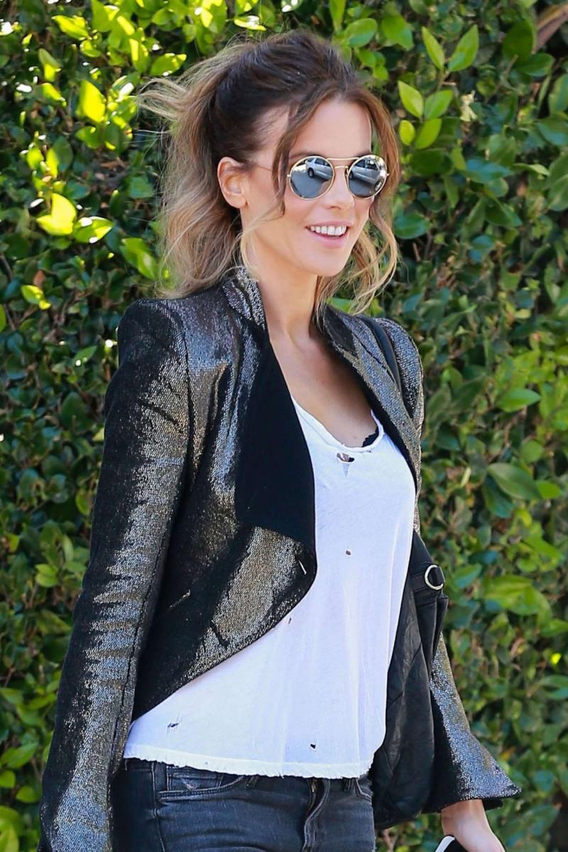 Kate Beckinsale siyah deri mont ve kot pantolonla sokakta