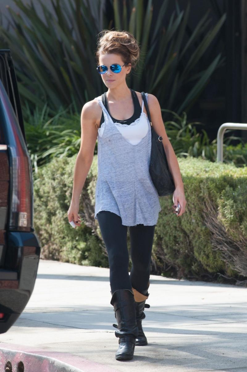 Kate Beckinsale tayt ve çizmeyle