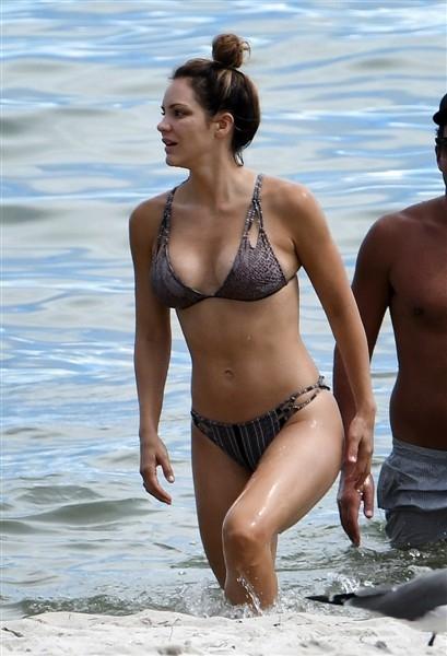 Katharine McPhee bikini ile deniz kenarında