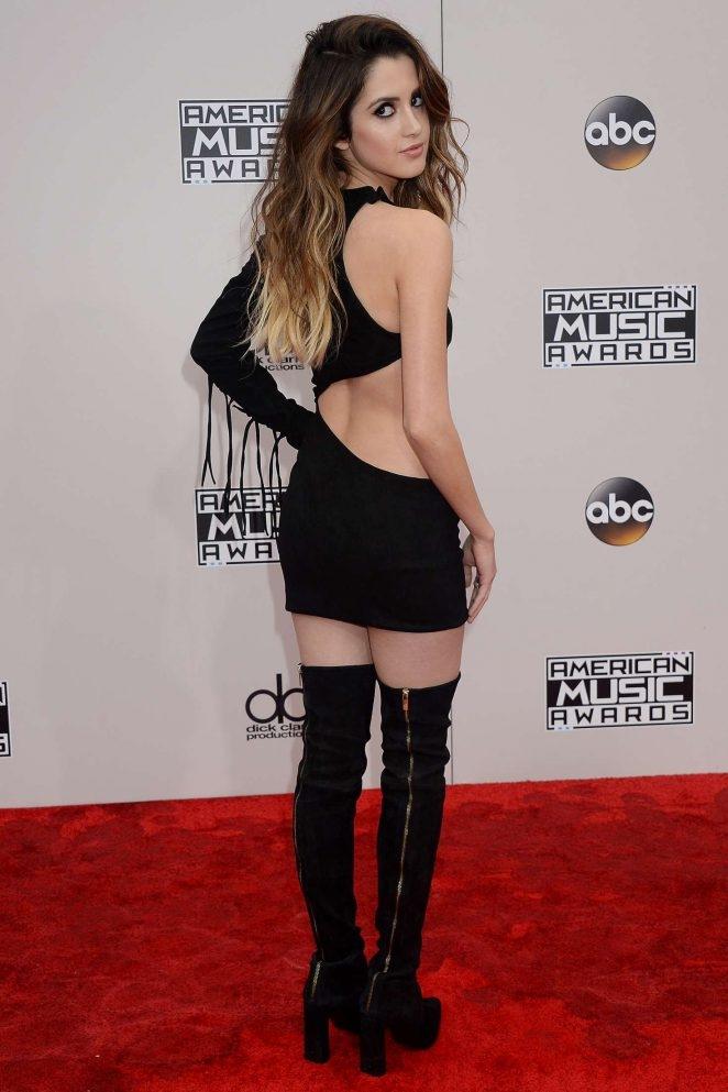 Laura Marano siyah sırt dekolteli mini elbiseyle