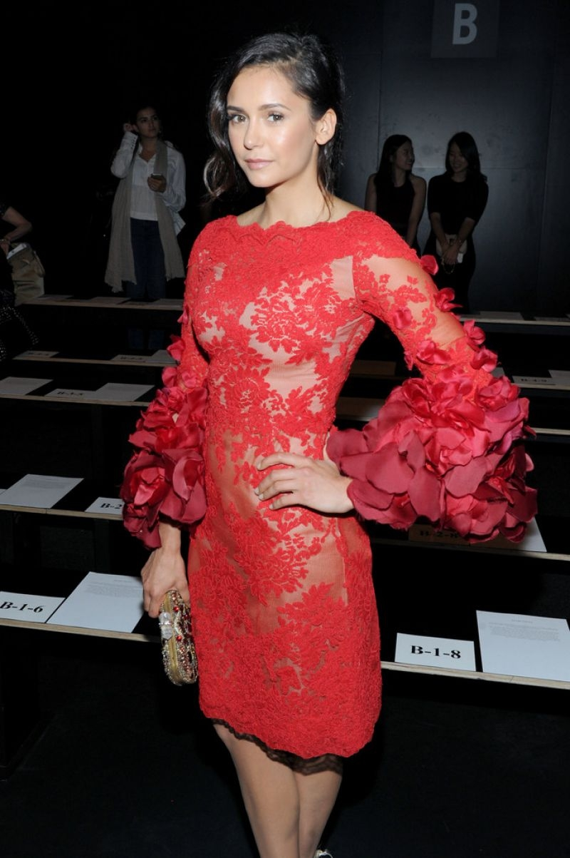 Nina Dobrev kırmızı elbiseyle etkinlikte