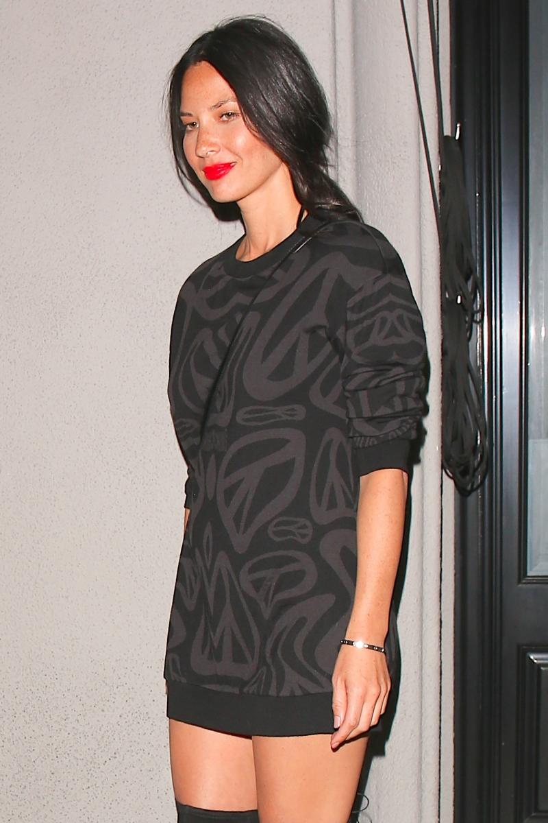 Olivia Munn mini elbiseyle sokakta