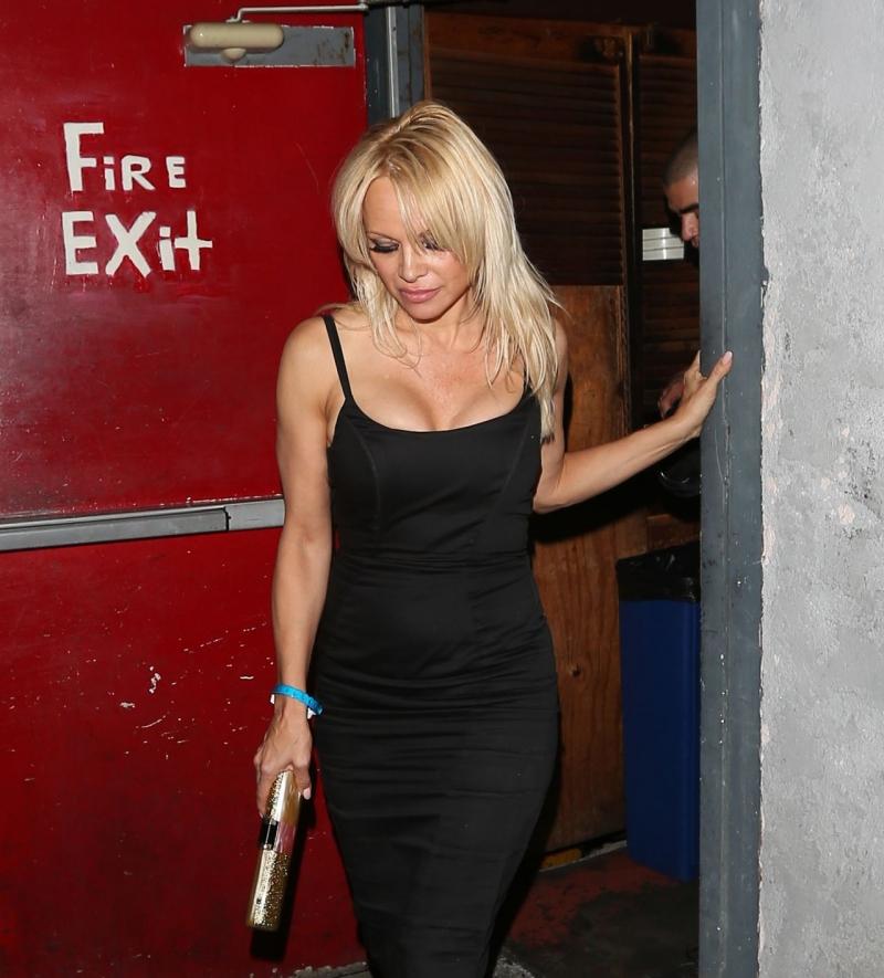 Pamela Anderson siyah göğüs dekolteli elbiseyle