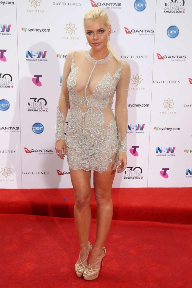 Sophie Monk dekolte mini elbisesiyle etkinliğe katıldı