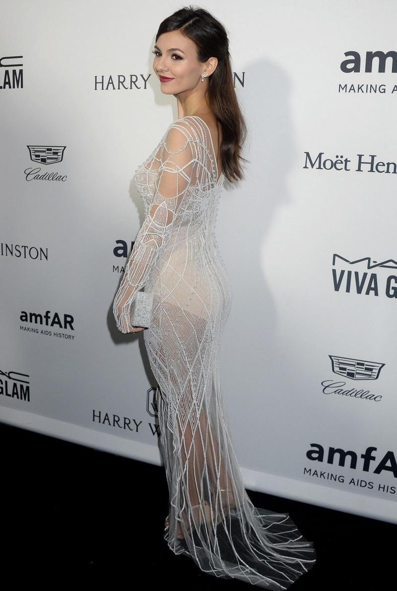 Victoria Justice beyaz transparan elbisesiyle Amfar etkinliğinde