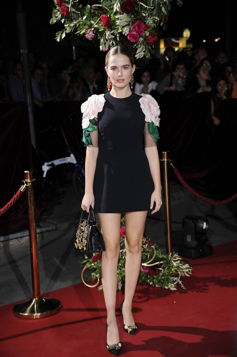 Zoey Deutch mini elbiseyle etkinlikte