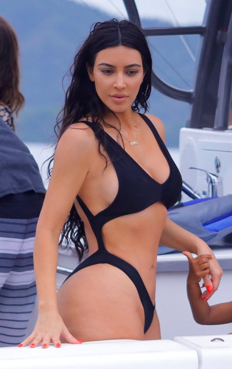 Kim Kardashian siyah bikini ile denizde