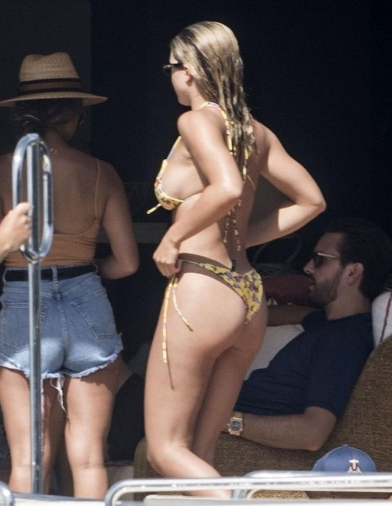 Sofia Richie tanga bikini ile Capri'de yatta