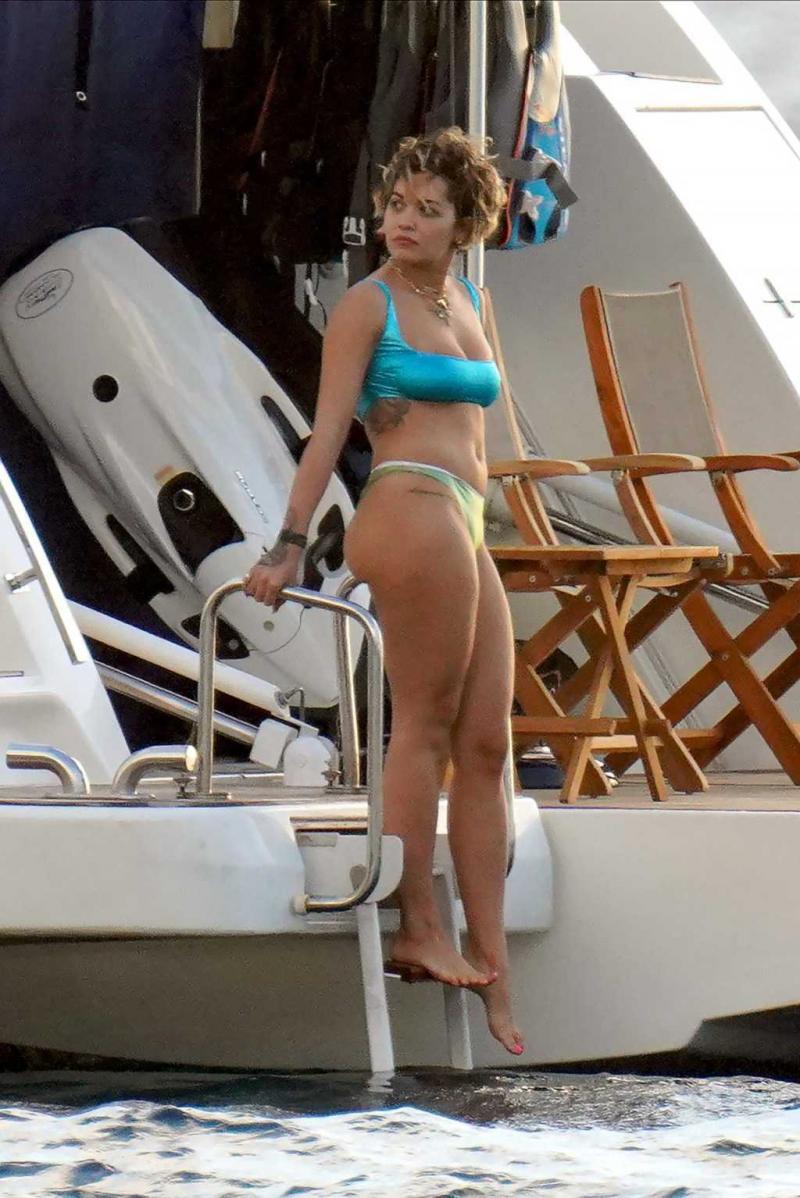 Rita Ora kısa saçlarıyla Saint Barts'da