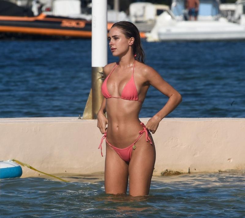 Kimberley Garner pembe bikiniyle