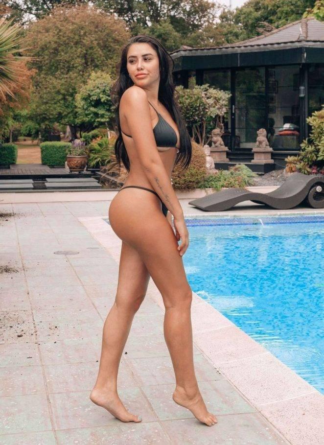 Marnie Simpson tanga bikiniyle Kıbrıs'ta