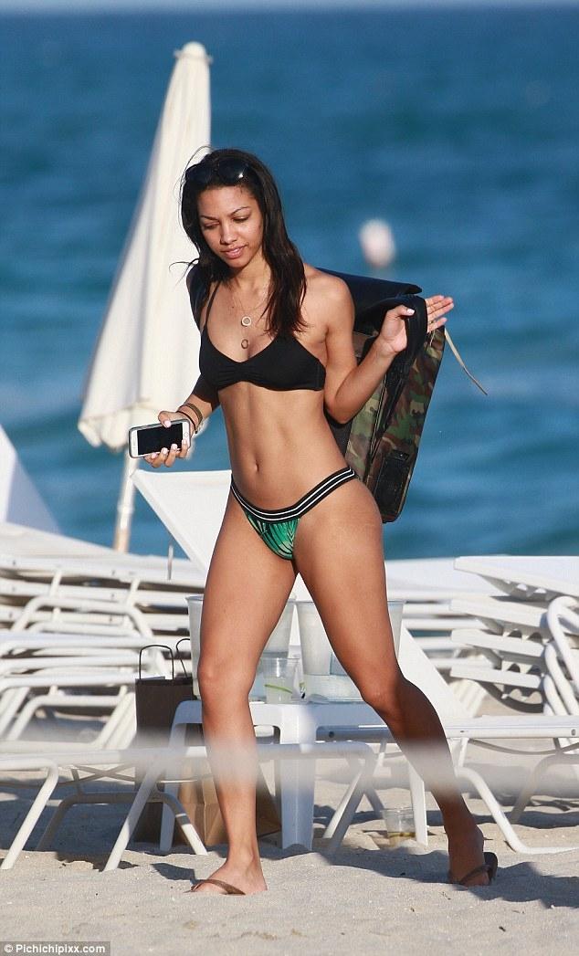 Corinne Foxx bikini ile plajda
