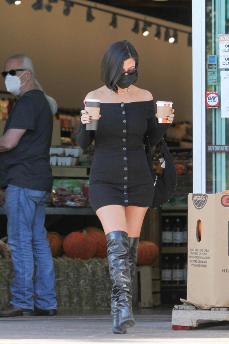 Kourtney Kardashian siyah mini elbiseyle Erewhon Market'te