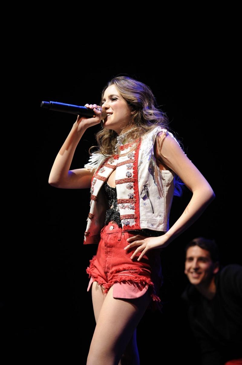 Laura Marano kırmızı kot şortuyla Coca-Cola etkinliğinde