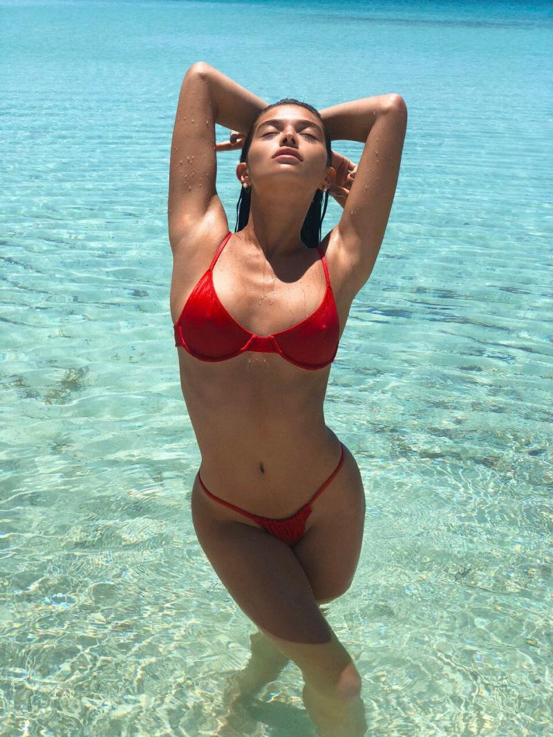Daniela Lopez Osorio iç giyim çekimlerinde