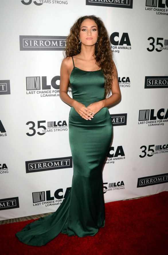 Skylar Stecker yeşil elbise ile galada