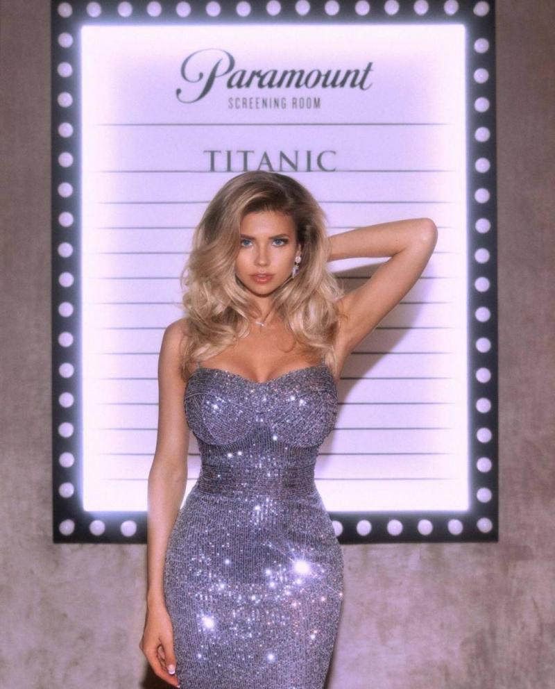 Natalya Krasavina dar elbise ile fotoğraf çekimlerinde