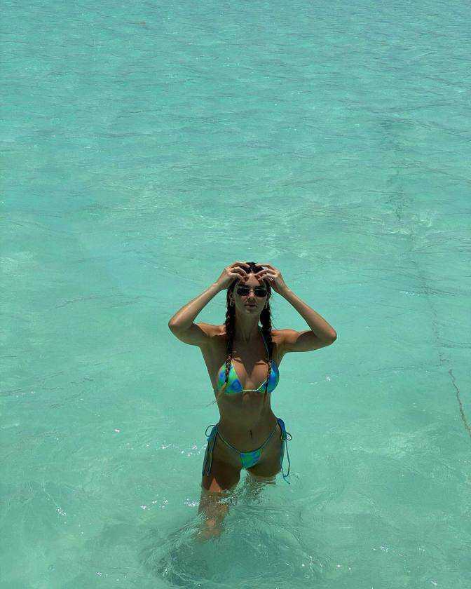 Kendall Jenner tanga bikini ile denizde