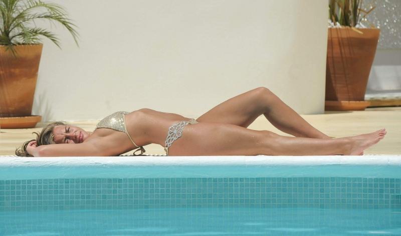 Ashleigh Defty bikini ile havuzda