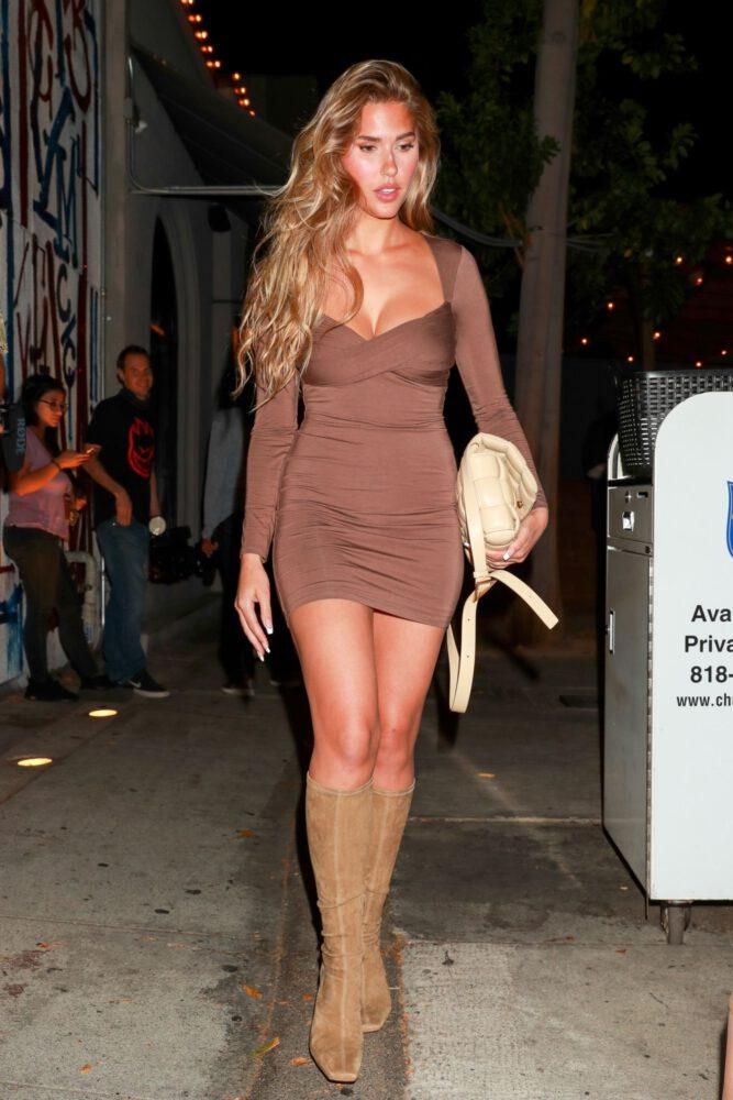 Kara Del Toro kahverengi mini elbiseyle Batı Hollywood'da