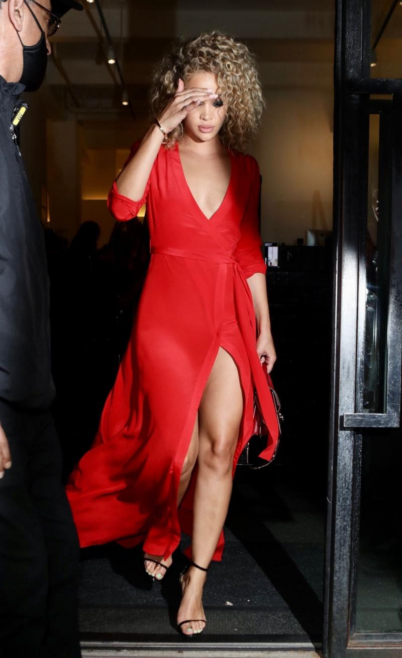 Jasmine Sanders kırmızı yırtmaçlı elbiseyle Bvlgari etkinliğinde
