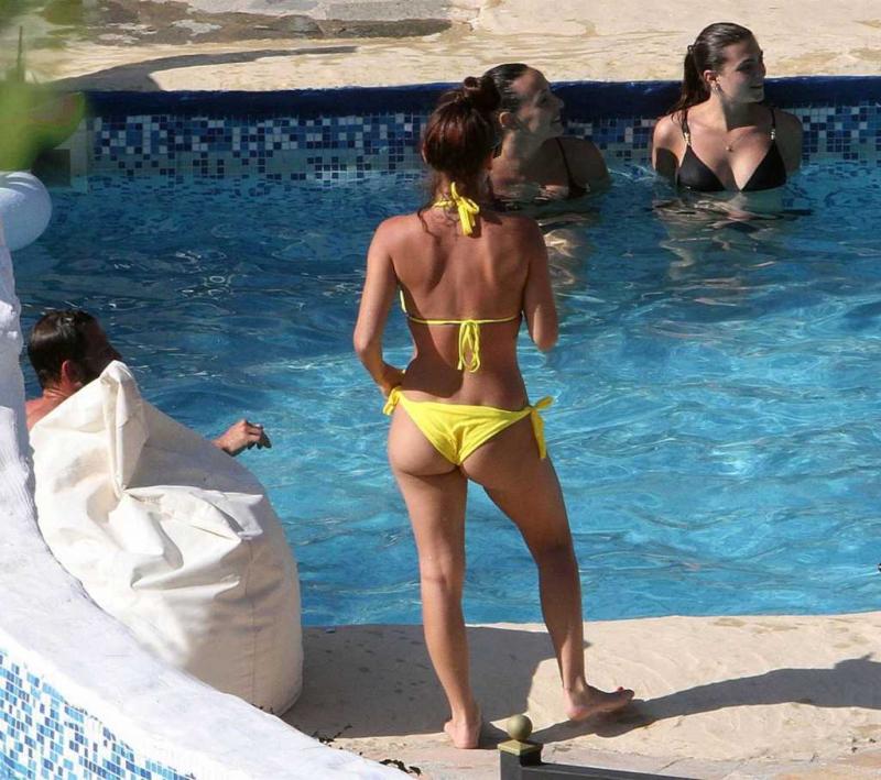 Alessia Macari bikini ile Benevento plajnda