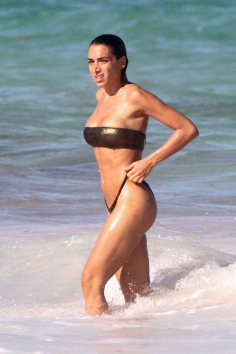 Elisa De Panicis bikiniyle sahilde