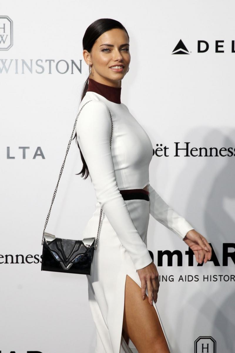 Adriana Lima beyaz elbise ile  Amfar etkinliğinde