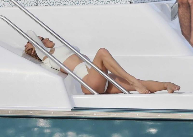 Pamela Anderson beyaz mayo ile Avustralya'da