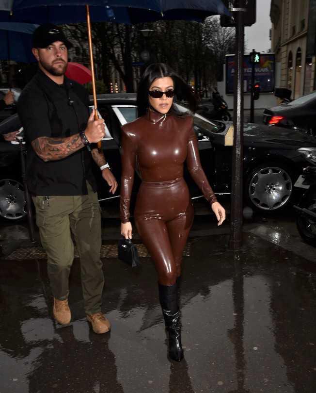 Kourtney Kardashian bordo latex taytla Paris'te