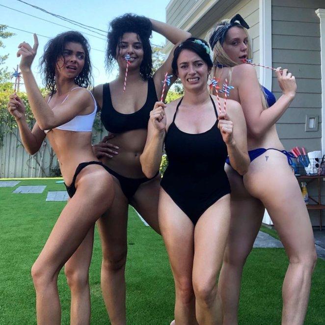 Sarah Hyland bikini ile deniz yatağında