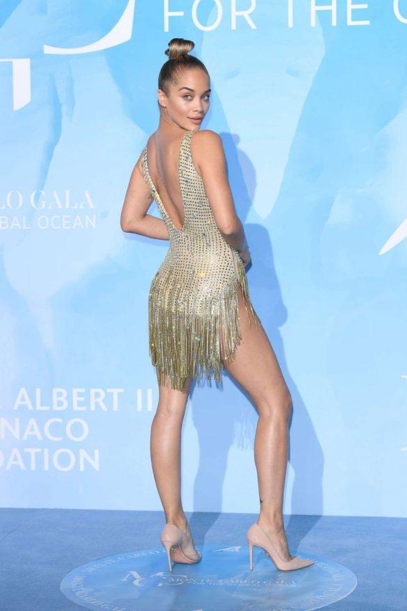 Jasmine Sanders göğüs dekolteli elbiseyle etkinlikte