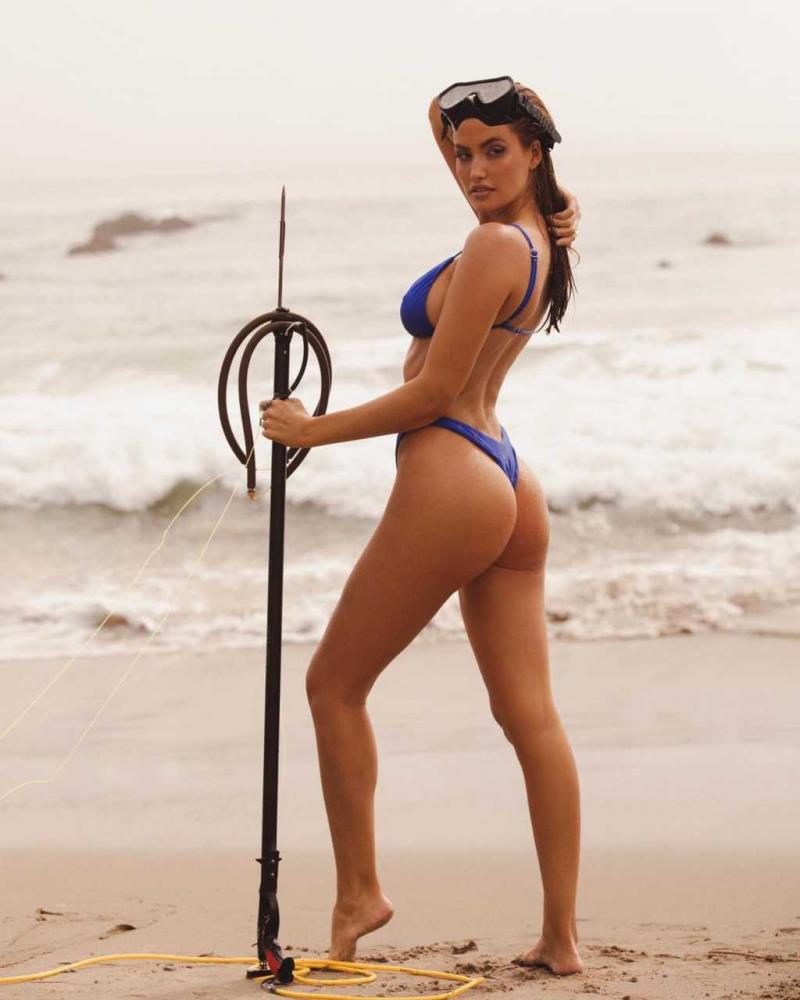 Haley Kalil tanga bikini ile Malibu'da