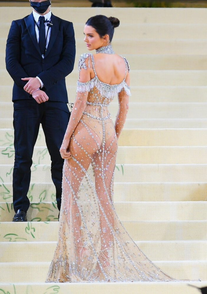 Kendall Jenner şeffaf elbiseyle Met Gala'da