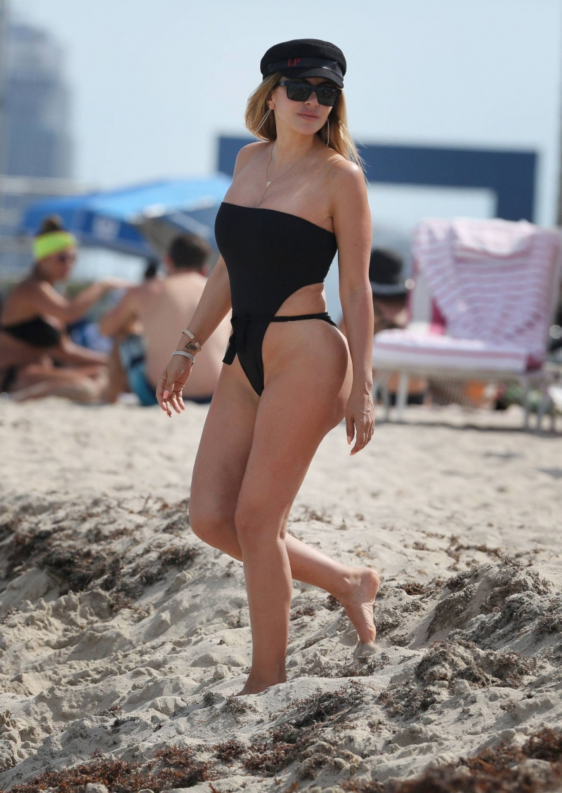 Larsa Pippen siyah mayoyla plajda