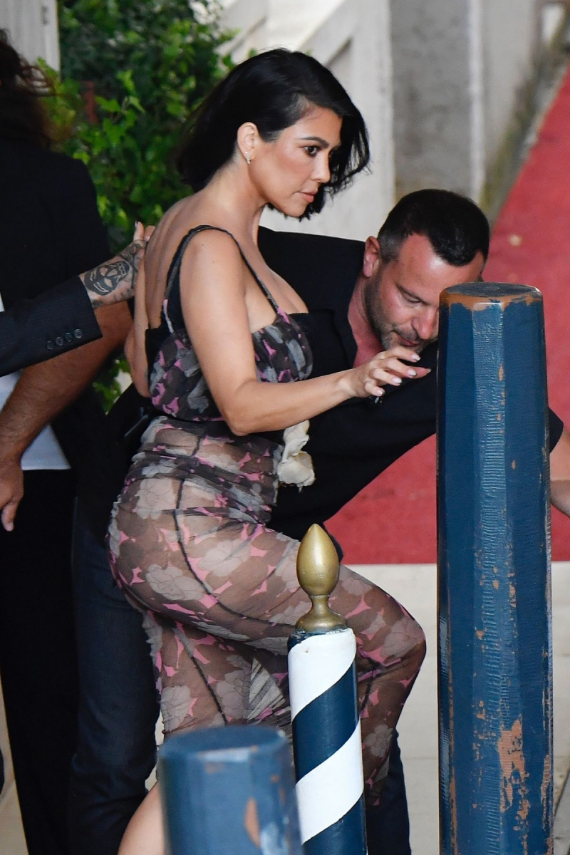 Kourtney Kardashian transparan kostümle Venedik'te